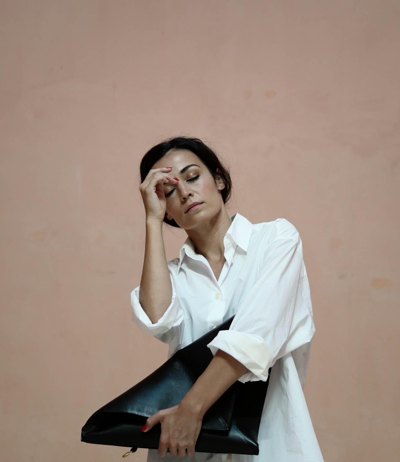 Señora en museo - Sara Rivero